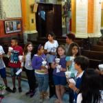 Catequese familiar visita, reza e canta para Nossa Senhora de Fátima